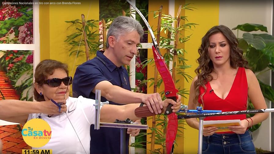 Entrenador de arquería Gabriel Vera y arquera catalina Reyes hacen demosstración en programa de TV